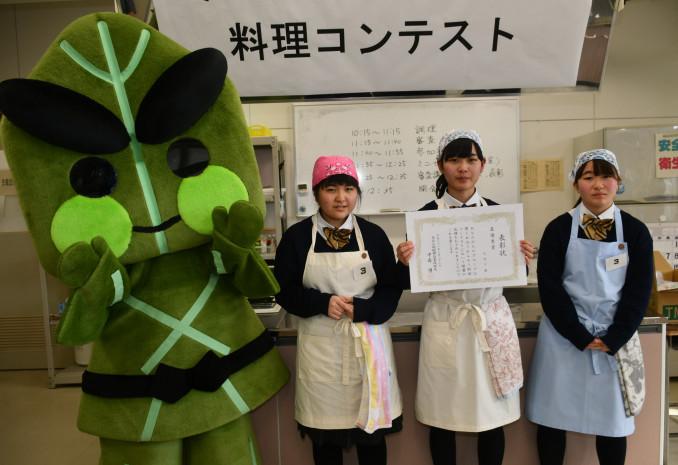 最優秀賞レシピを考えた(左から)久保茉里奈さん、嵯峨心愛さん、伊藤優香さん
