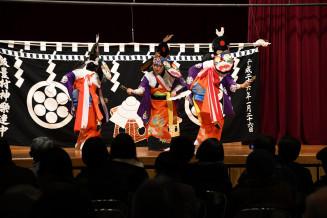 華やかな舞で来場者を魅了する飯豊神楽。女性や地域外の住民に門戸を広げ、継承に取り組む
