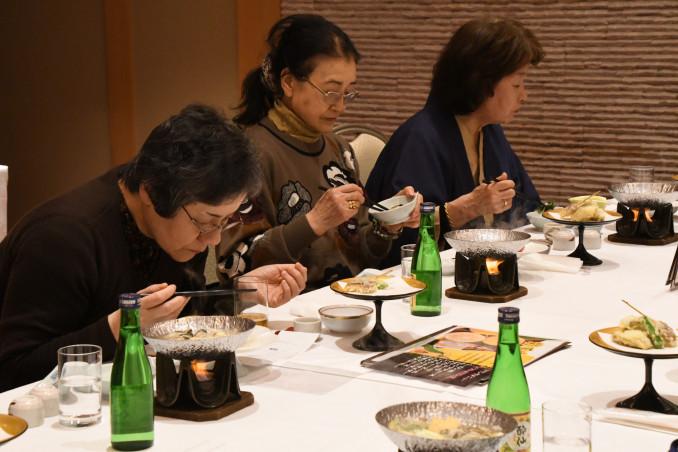 広田湾のカキをふんだんに使った夕食を味わう参加者