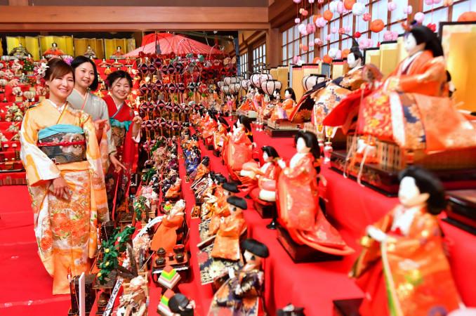 着物を着て、千厩酒のくら交流施設のひな人形を見学する参加者