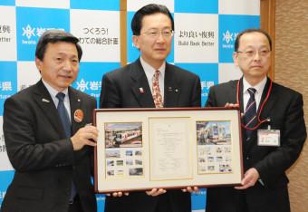 記念切手を達増知事(中央)に手渡す松田健局長(右)と中村一郎社長