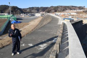 【2019年2月18日】 子どもたちに震災の記憶を伝え続ける琴畑喜美雄さん。左奥の道の駅エリアは全施設の開業を終えた