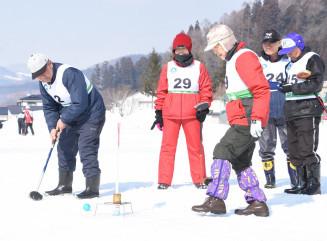 雪上でグラウンドゴルフを楽しむ参加者