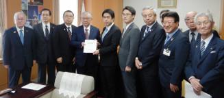 白須賀貴樹政務官にILC誘致に向けた意思表示を要望する高橋宏明代表(左から4人目)ら