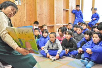 友達をテーマにした絵本の読み聞かせに聞き入る子どもたち