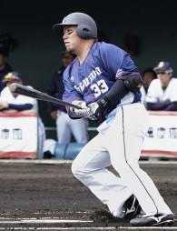 オリックスとの練習試合で2点二塁打を放つ西武・山川穂高=清武