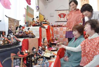 自宅に飾ったひな飾りを友人たちと眺める赤崎幸江さん(右手前)