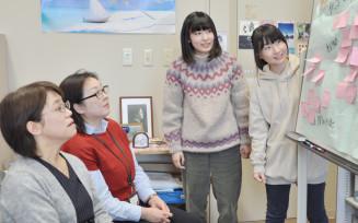ニュージーランドでの研修を前に事前学習の成果を説明する(右から)高橋祐佳さんと上沢梨紗さん