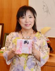 CDシングル「あなたの恋桜」を手に「全国へ笑顔と元気を届けたい」と意気込む三本木智子さん