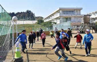【2019年2月26日】 校舎脇の「ミニ校庭」で遊ぶ高田小の児童ら。今夏から新校舎に移る