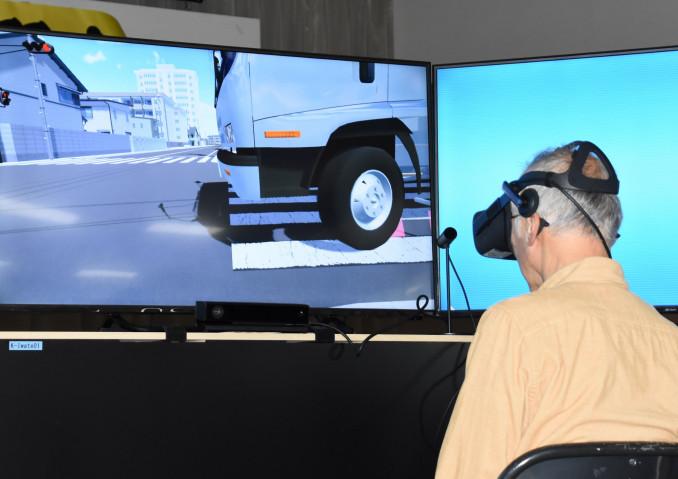 VRで内輪差の危険を体感する参加者