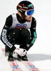 世界ノルディックでジャンプ男子ノーマルヒル、ジャンプを終え、座り込む小林陵侑=1日、ゼーフェルト(AP=共同)