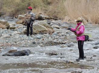 渓流釣りが解禁され、久しぶりの手応えを楽しむ人たち=1日、宮古市・小国川
