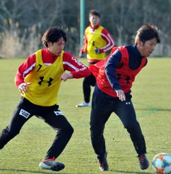 ボールを奪い合うFW薮内健人(右)とMF吉田直矢。新加入選手同士の争いも激しさを増している=福島県・Jヴィレッジ