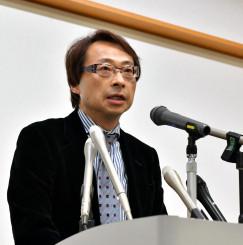 記者会見し、閉店後の再開発計画について説明する早瀬恵三社長=1日、盛岡市中ノ橋通・プラザおでって