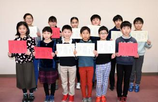 珠算能力検定試験で一度に10人の1級合格者を出した岩手珠算学院の児童生徒ら