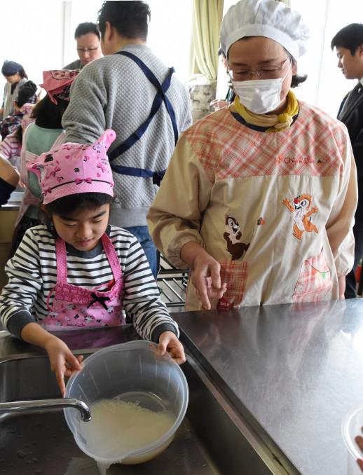 おいしいコメのとぎ方や炊き方を実践する参加者ら