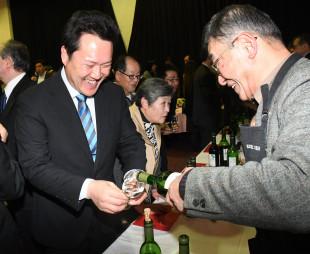 生産者と言葉を交わしながらワインを楽しむ参加者