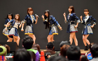 数々のヒット曲を披露し、被災地に元気を届けたAKB48グループのメンバー=2日、大槌町末広町・おしゃっち