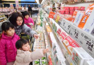 納豆の品定めをする買い物客。盛岡市は2018年版家計調査で納豆など14品目で購入額が全国1位となった=同市・いわて生協ベルフ山岸店