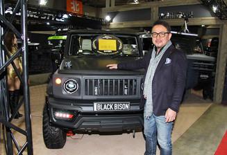 最優秀賞に輝いた「ブラックバイソン」。矢羽々博征社長は「この1台をきっかけに市場を一層盛り上げる」と意欲を高める(エヌズ・ステージ提供)
