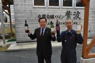 6次産業化アワード奨励賞の受賞を喜ぶ竹原純悦専務(左)と佐藤大樹醸造課長