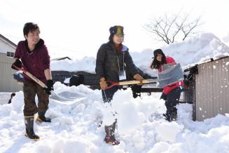 除雪に励む(左から)黒肥地達哉さん、岩奥礼奈さん、坂本菜々子さん