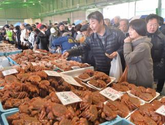 旬の味覚を買い求める来場者でにぎわう宮古毛ガニ祭り