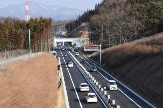 車両の通行が始まった遠野住田IC―遠野IC間。沿岸と内陸を結ぶ重要路線の全線開通に近づいた