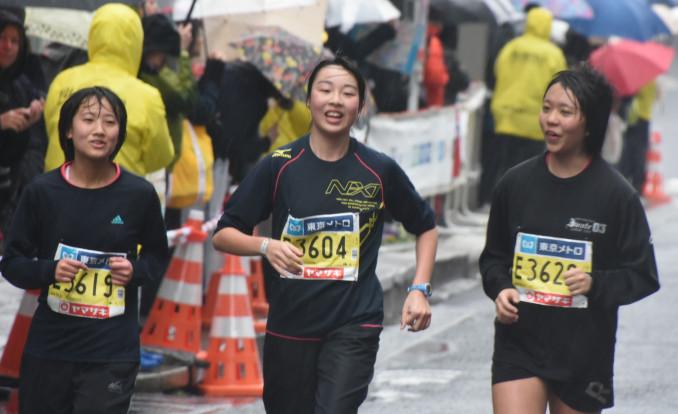 雨の中、ゴールを目指す本県の高校生