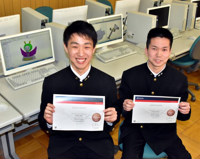 3DCADの最上級資格「CSWE」合格を喜ぶ阿部拳斗さん(左)と大森翔太さん