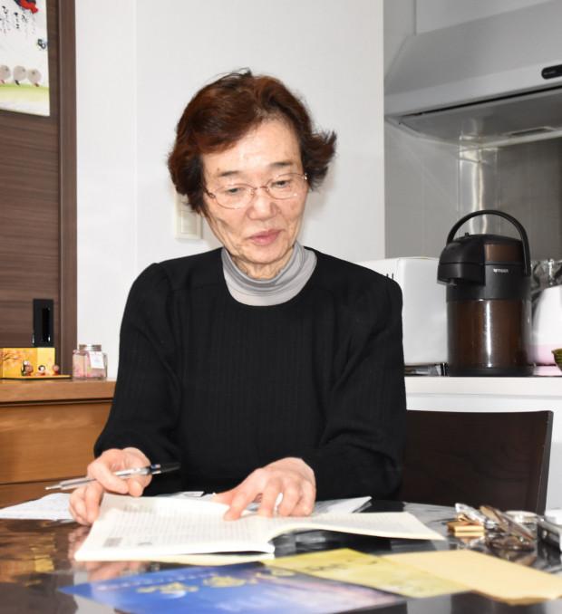 自身が体験した東日本大震災の手記を見返す小笠原明子さん=盛岡市肴町