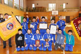 全国大会と国際大会で2冠を達成した湯田レイダースの児童ら