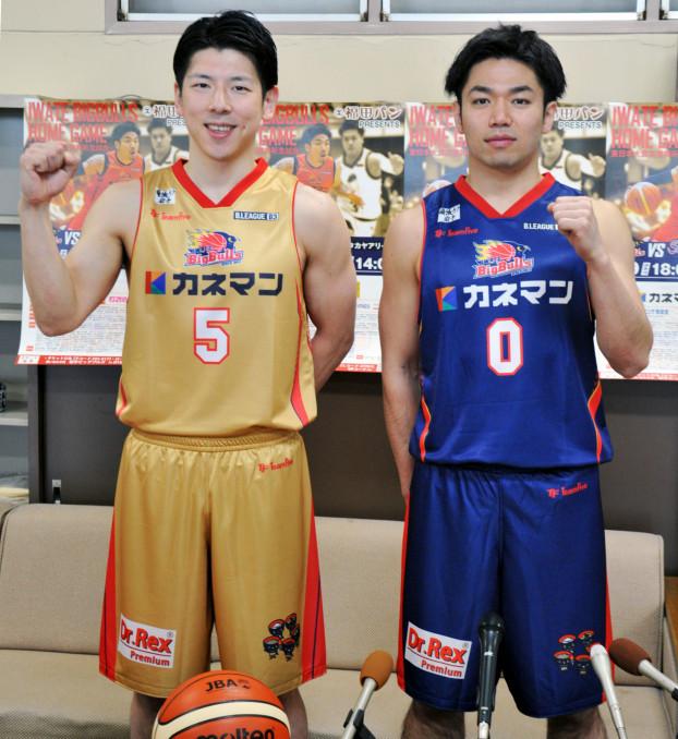 復興祈念の特別ユニホームを着て勝利を誓う岩手ビッグブルズの千葉慎也(左)と藤江建典