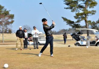 少雪のため、例年より早くオープンした盛岡南ゴルフ倶楽部。多くの愛好者でにぎわう=2日、花巻市石鳥谷町