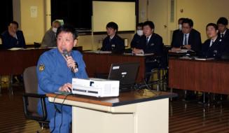 空撮写真を映しながら東日本大震災当時の体験を語る山口滋さん(手前左)と、真剣な表情で聞き入る盛岡西署員