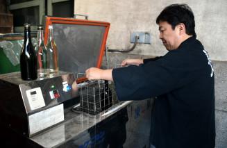 南部美人の純米大吟醸生原酒を瞬間冷凍させる久慈浩介社長