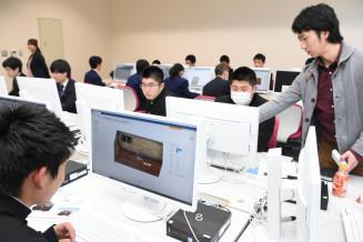 学生から助言を受け、3DCADを使ったデザインに挑戦する高校生