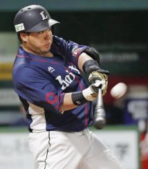 2回、右中間に本塁打を放つ西武・山川穂高=ヤフオクドーム