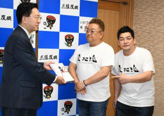 達増知事に目録を贈呈するサンドウィッチマンの(右から)富沢たけしさんと伊達みきおさん