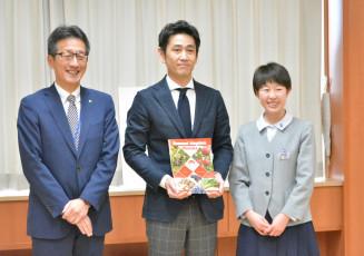 パンフレットの完成を喜ぶ(左から)長沢秀則部長、村上振一朗会長、橘晶子さん