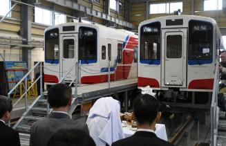 リアス線開通に伴って導入する新車両の安全祈願を行う三陸鉄道の社員ら