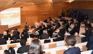 ILC計画を巡る協議を始めるICFAのメンバーら=7日午前9時3分、東京都文京区・東京大
