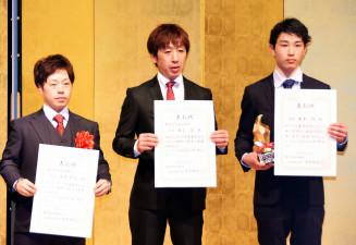 騎手タイトルを受賞した(左から)山本聡哉、村上忍、岩本怜の各騎手