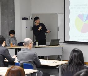 八幡平市の観光や生活交通の調査結果を発表する学生