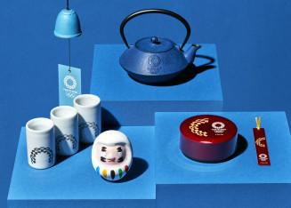 2020年東京五輪・パラリンピックと東北3県の伝統工芸品のコラボ商品。奥は南部鉄器の急須と風鈴(大会組織委員会提供)