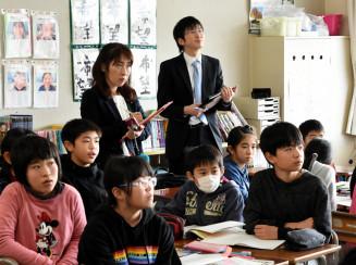 松園小5年生の授業を参観する長野・松代小の川野史人教諭と斉藤静恵教諭