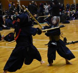 日頃の稽古の成果を出し合う小学生剣士
