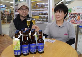 大槌復興米ビールで乾杯する新里佳子社長(右)。震災8年を迎える被災地への思いも込められている