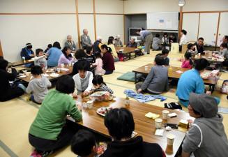 小中高生や地域住民でにぎわう地域まるまる食堂の会場